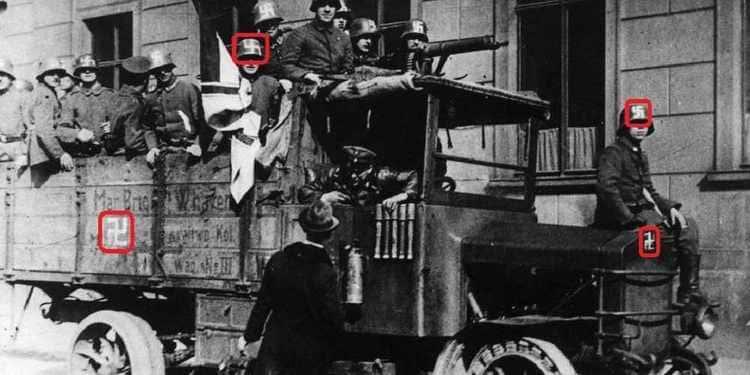 Les Freikorps de la brigade Ehrhardt arborant le swastika au cours du Putsch de Kapp